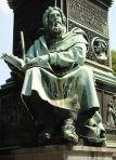Statua raffigurante Valdo ubicata a Worms (Germania).  it.wikipedia.org