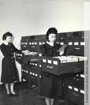 Le operatrici al lavoro presso lo schedario numerico del reparto Elenco Abbonati di Torino, 1959 - Archivio storico Telecom Italia