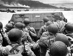 Sbarco di fanti statunitensi della 1ª Divisione ad Omaha Beach. Da Wikipedia.org