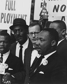 Martin Luther King, Jr con Mathew Ahmann, marcia di Washington, 28 agosto 1963. Da Wikipedia.org