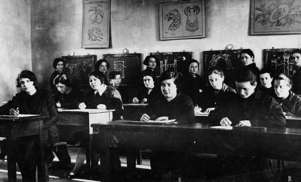 Durante l'ora di disegno, 1920 - Istituto magistrale parificato, Ivrea (TO). Ente conservatore: Indire Firenze