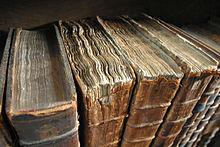 Antichi libri nella biblioteca del Merton College a Oxford