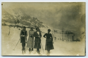Sugli sci ai Piani Resinelli. Anni 1920-1930. © 2009 Archivio Benini